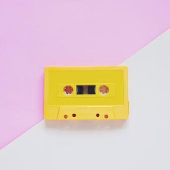 Retro cinta de cassette sobre fondo de color pastel, estilo mínimo