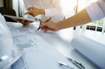 Reunión de ingenieros para proyectos arquitectónicos trabajando con socios