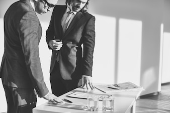 Reunión de negocios en blanco y negro