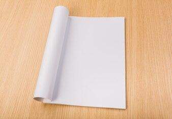 Revista en blanco sobre mesa de madera
