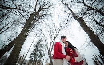 Riendo pareja pasar tiempo en los bosques de invierno