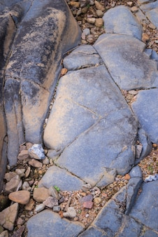 Rocas rajadas con tierra