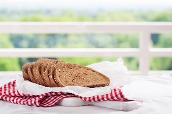 Rodajas de pan tostado en un cesto
