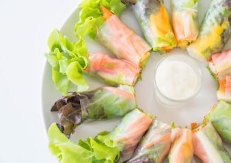 Rodillo de primavera de fideos de vegetales frescos, alimentos de dieta, comida limpia, ensalada