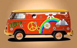 Rojo hippie vehículo con el arco iris y las flores