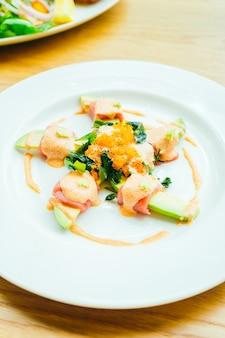 Rollo de atún con ensalada de aguacate