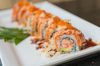 Rollos de sushi de salmón