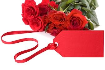 Rosas de san valentín con la etiqueta de regalo rojo