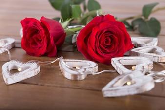 Rosas rojas y bombillas en forma de corazón