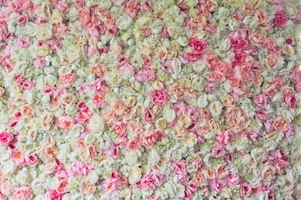 Rosas rosas, hortensias y peonías retorcidas lado a lado