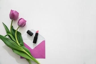 Rosas, sobre y pintalabios