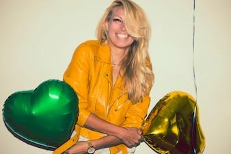 Rubia feliz con globos en la fiesta