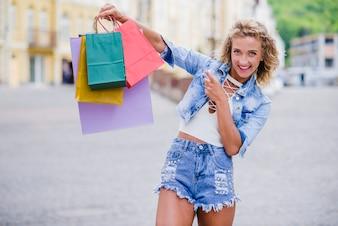Rubia, niña, posición, calle, tenencia, bolsas