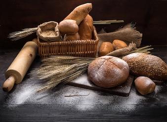 Rye pan rebanado en la mesa