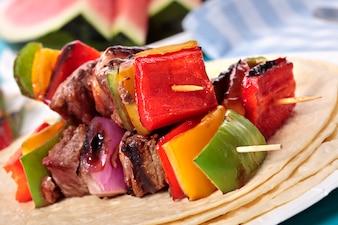 Sabroso pincho de barbacoa con carne y verduras