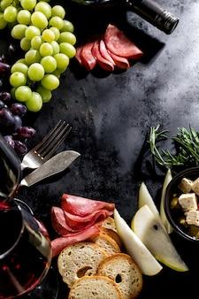 Sabrosos italianos frescos ingredientes de comida mediterránea en la mesa oscura de fondo