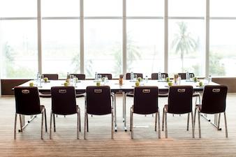 Sala de reuniones vacía y mesa de conferencia
