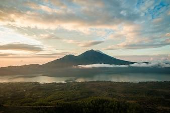 Salida del sol sobre el lago Batur