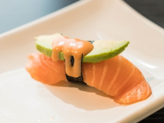 Salmón aguacate nigiri