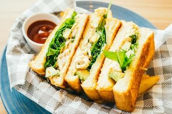 Sandwich con aguacate y carne de pollo con papas fritas
