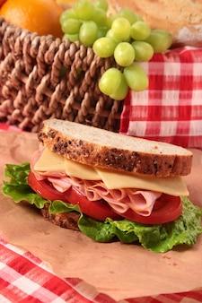 Sándwich de jamón y queso con cesta de picnic