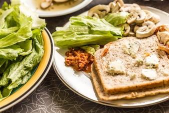 Sandwich de lechuga y champiñones