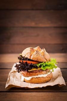 Sándwich grande - hamburguesa con hamburguesa jugosa de pavo, queso, tomate y salsa tártara
