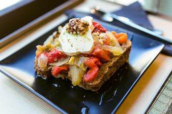 Sándwich saludable con frutas y nueces en un restaurante.
