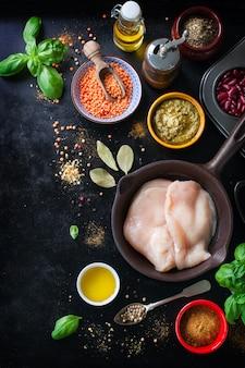Sartén con filetes de pollo y especias variadas
