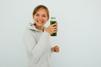 Satisfecho sano mujer bebiendo smoothie