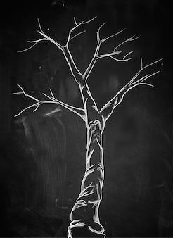 Scary árbol de la rama en la pizarra