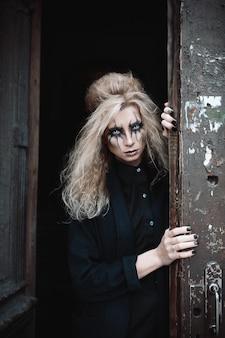 Scary mujer posando en la entrada de la vendimia