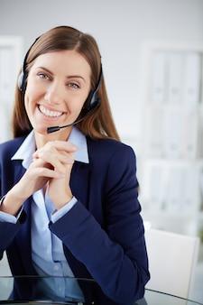 Secretaria trabajando en su oficina