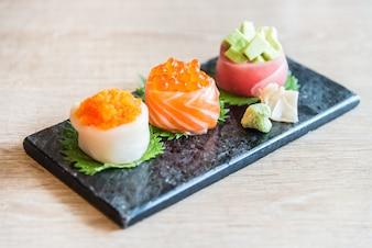 Selectiva punto de enfoque en rollo de sushi