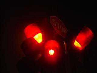 semáforos y una señal de stop
