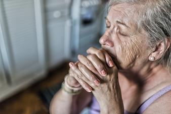 Senior Mujer rezando