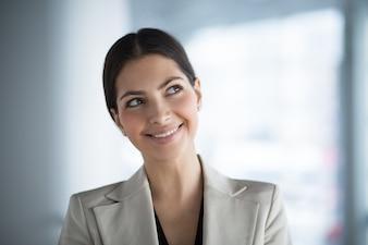 Señora del negocio que mira Copyspace con interés