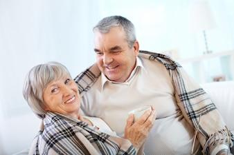 Señora riendo con su marido