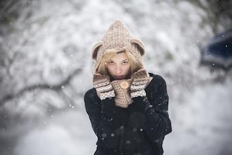 Sensual mujer en ropa de invierno