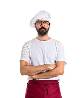 Serio chef con los brazos cruzados