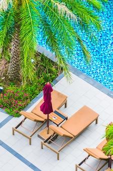 Silla de paraguas alrededor de la piscina
