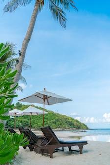 Sillas de playa hermosa con el paraguas en la arena blanca tropical BEAC