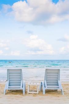 Sillas de playa hermosa en la playa tropical de arena blanca