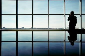 Silueta de hombre de negocios disfrutando de las vistas
