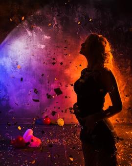 Silueta de mujer en confeti