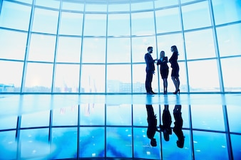 Silueta de tres ejecutivos en la oficina