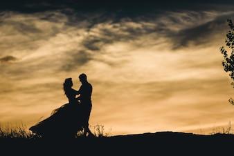 Silueta de unos recién casados bailando