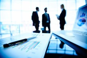 Siluetas de los ejecutivos hablando sobre los últimos resultados financieros