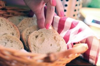 Rebanadas de pan en la canasta