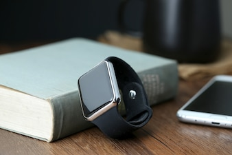 Smart watch y smartphone en el escritorio